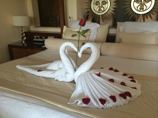 Excellence Playa Mujeres: Romantic bed for our anniversary