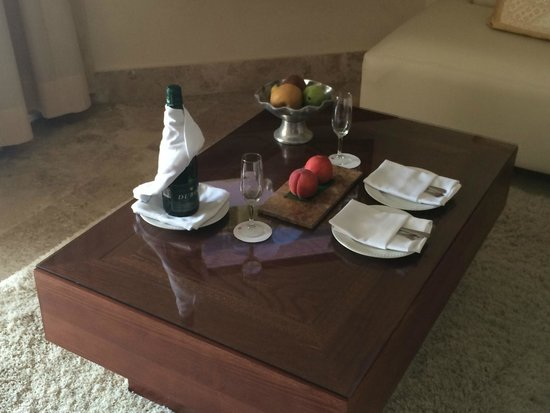 Excellence Playa Mujeres: Champagne and fresh fruit on arrival