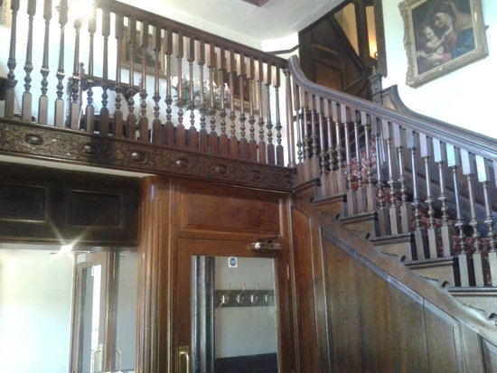 Castleman: Staircase in the entrance hall
