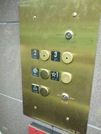 "Ramada Lexington North Hotel & Conference Center : An allegedly ""2-star hotel"" elevator"