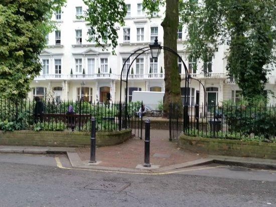 The Belvedere: Parc en face l'hôtel