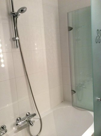 Grand Hotel Amrath Amsterdam: Clean, modern bathroom with strong shower flow.