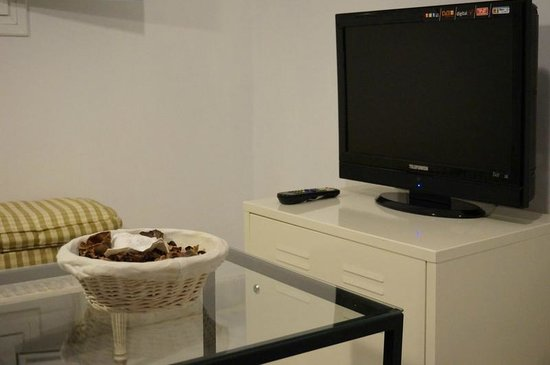 Apartamentos Mariscal: Apartment is equipped with a TV