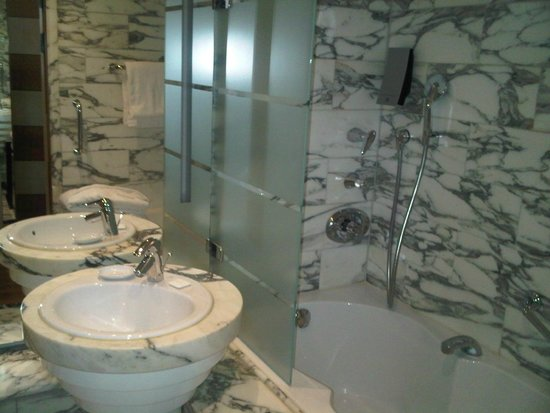 Hilton Stockholm Slussen: Good water pressure