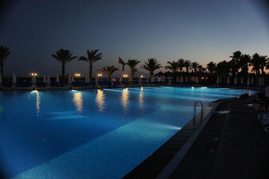 Papillon Belvil Hotel: Pool at night