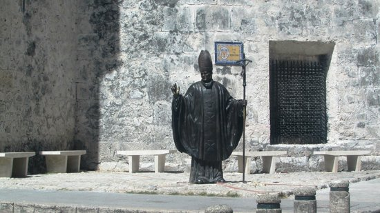 St. Catherine of Alexandria Cathedral: Estatua a Juan Pablo II