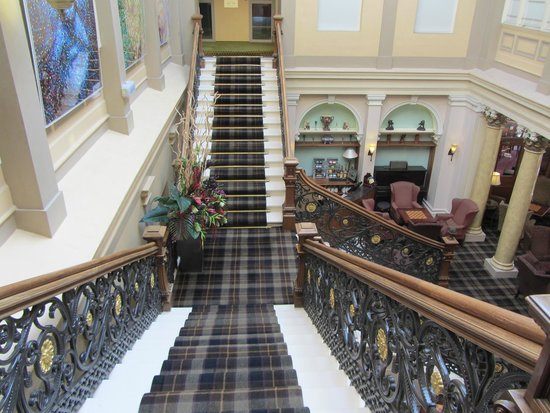 Royal Highland Hotel: escalinata