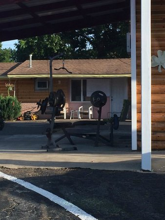Little Shamrock Motel: weight set