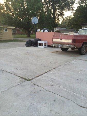 Little Shamrock Motel: Trash in parking lot