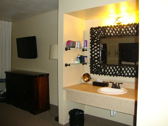 The Nautical Beachfront Resort: Sink and dressing area
