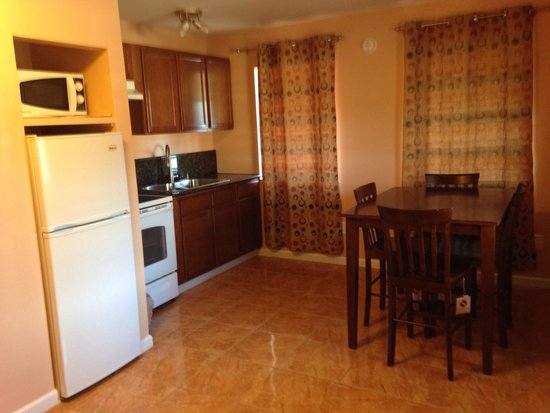 Jefferson Inn & Suites: Kitchen and Dining in our One Bedroom King Suite