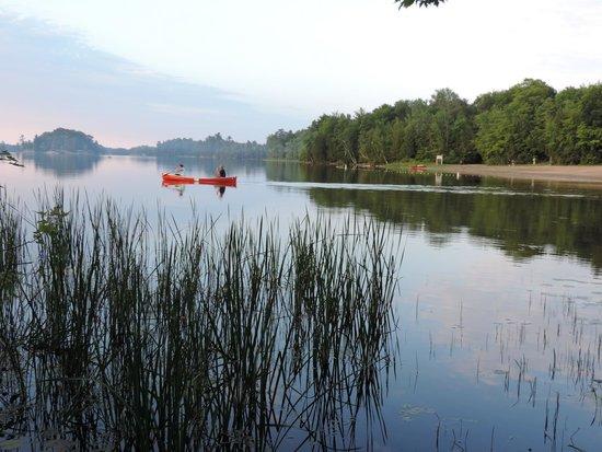 Charleston Lake Provincial Park : Vue sur la plage de Bayside