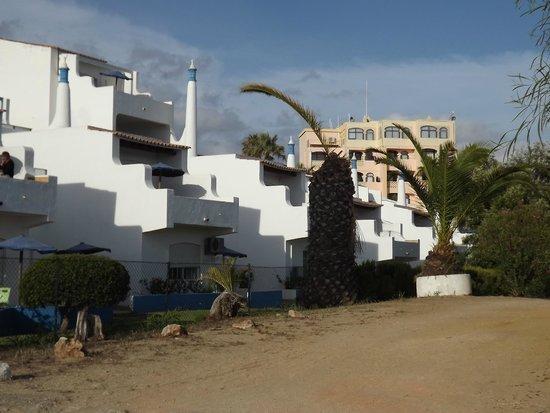 Monica Isabel Beach Club : Vorne Appartements, hinten Hauptgebäude