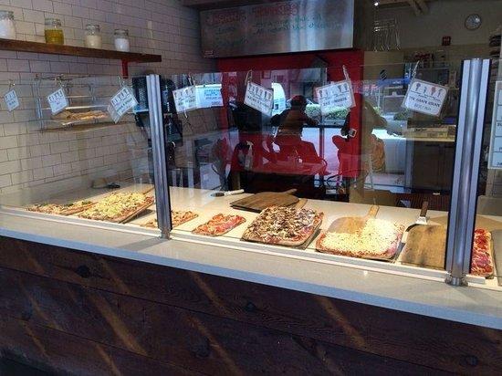Blocks Pizza Deli : Banco della pizzeria...ormai spazzolato da noi!!!