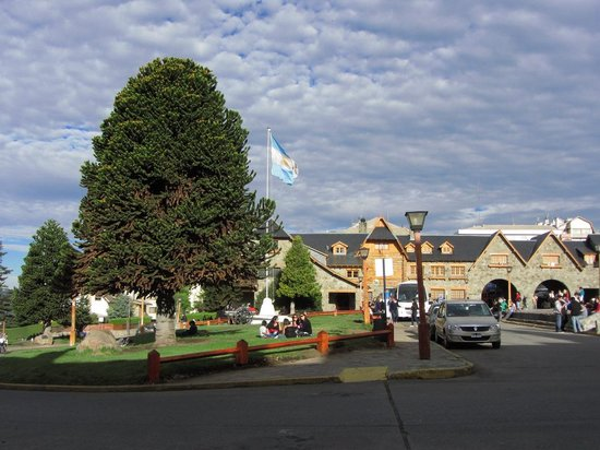 Centro Civico: Bariloche- Vista al Centro Cívico y su bella vegetación