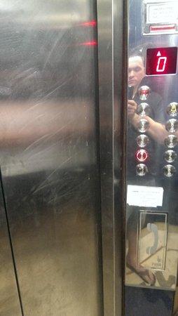 Louis Colossos Beach Hotel: dirty lift