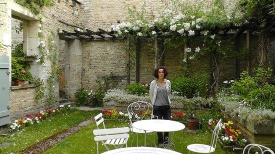 Gye-sur-Seine, Francia: Rustic, flora rear garden