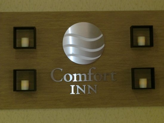 Comfort Inn Birch Run: Front Desk Sign
