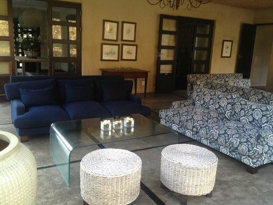 Windermere Hotel: outdoor sitting area