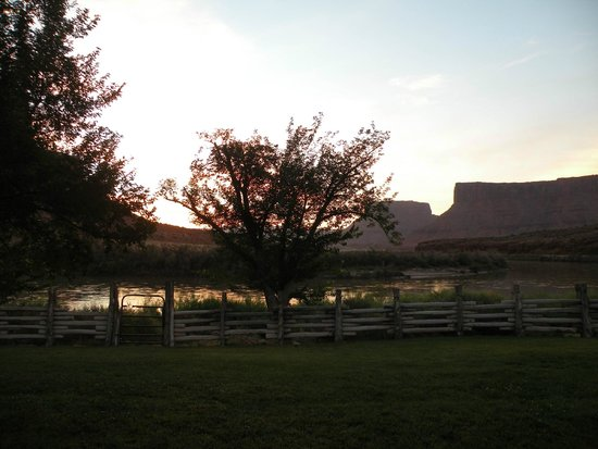 Red Cliffs Lodge: Sunrise from our patio