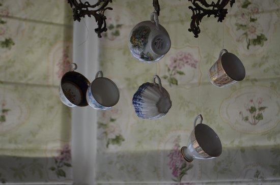 Finnegan's Hostel: Ravissant lustre Cosy en tasses de porcelaine