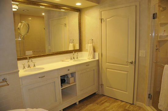 AmishView Inn & Suites: Double sinks in bath - separate toilet area