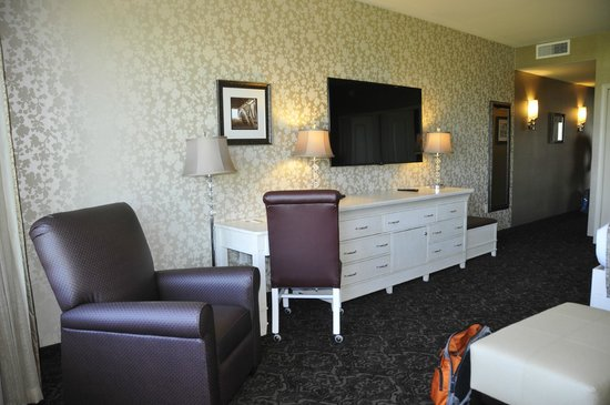 AmishView Inn & Suites: Massive flat screen TV over dresser (we never turned it on!)
