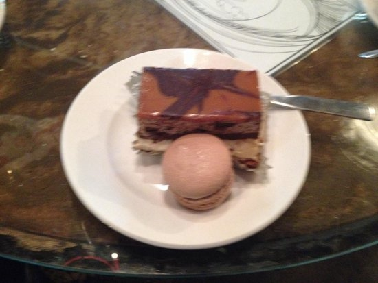 Amelie's French Bakery : Five layer brownie and a Caramel macaroon.