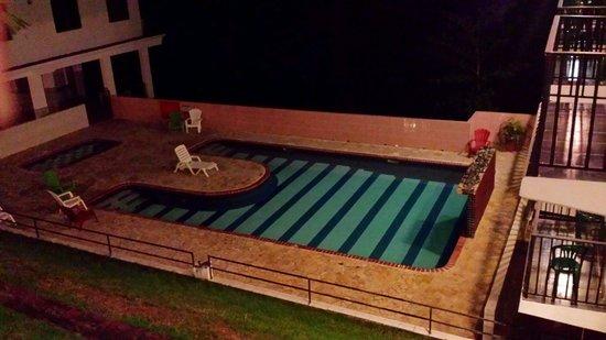 Hidden Village Hotel: La piscina en la noche.