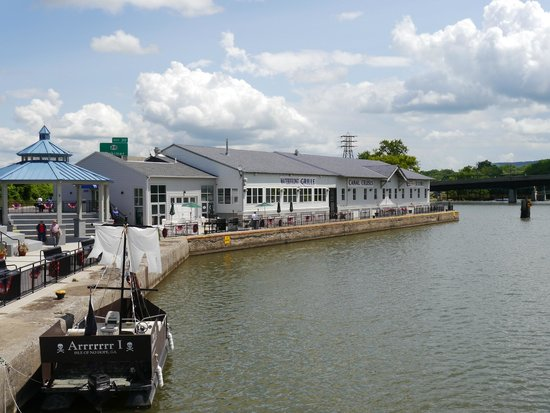 Erie Canal Cruises: Departing from the dock