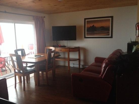 Clipper Shipp Beach Motel: living room area!! beautiful