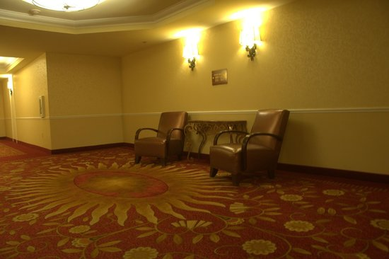 South Point Hotel: 2nd floor sitting area, near the elevators.