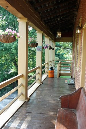 The Inn at the Crossroads: Front porch of the inn