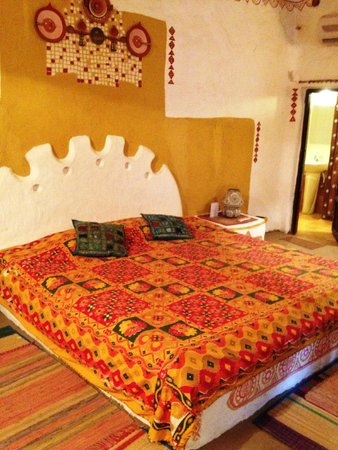 Surjivan Resort: Built in bed