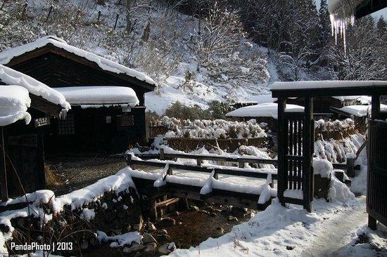 Tsuru no Yu Onsen: bridge to outdoor onsen
