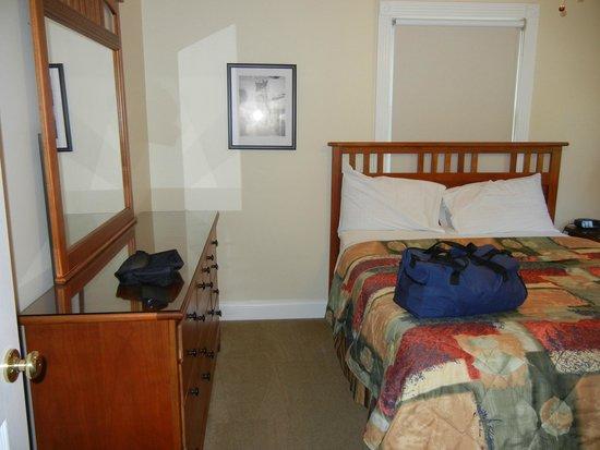 Lighthouse Landing Resort & Marina: downstairs bedroom with queen bed
