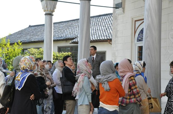 Tokyo Camii & Turkish Culture Center: One guy gives talk to the visitors