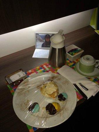Four Points by Sheraton Curitiba: Sobremesas, agua quente, variedade de chás, uma mensagem personalizada e...um porta retratos com