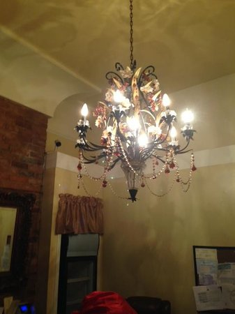 Historic Streetcar Inn: Chandelier