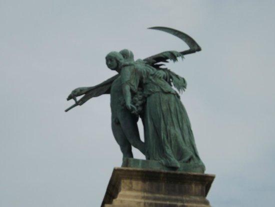Place des Héros : Еще одно мнение по поводу того, что такое труд