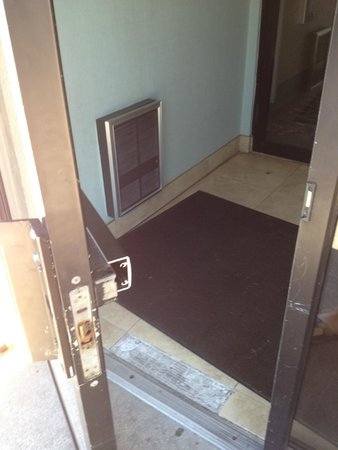 Ramada Plaza Holtsville Long Island: Security door is not so secure