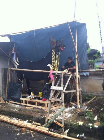 Cremation Bull artisan right in front if Sandat Bali: living amidst the artist shamans who compo