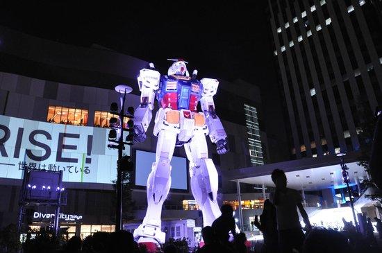 Gundam Front Tokyo : Gundam while movie being shown