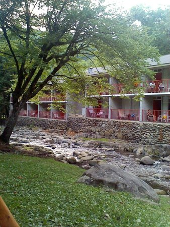Zoders Inn & Suites: hotel and stream