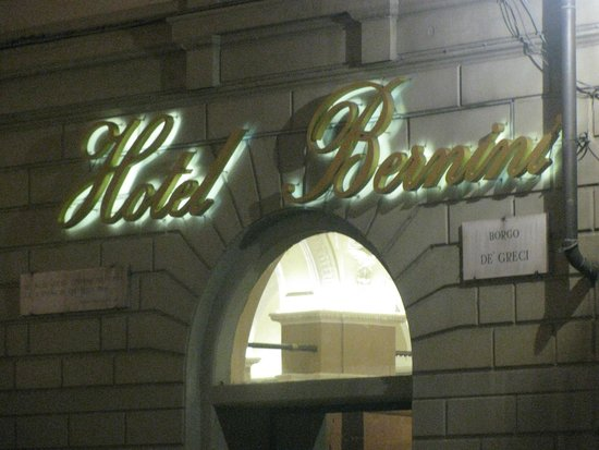 Bernini Palace Hotel : Hotel entrance at night