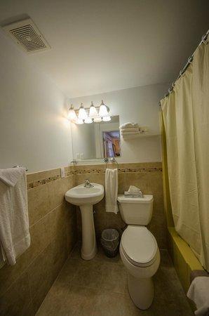 Compass Family Resort Motel: BRAND NEW Bathrooms