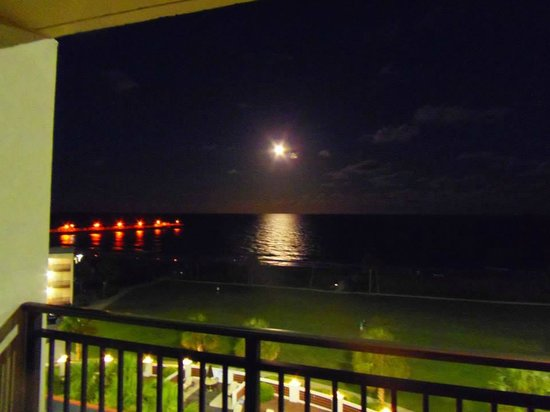 DoubleTree Resort by Hilton Myrtle Beach Oceanfront: Motel Balcony View at Night