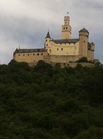 Schloss Marksburg: Approaching Marksburg Castle from the Rhine