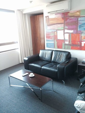 Cambridge Hotel Sydney: TV Area