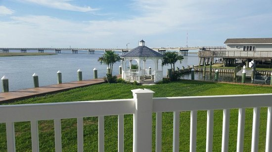 Comfort Suites Chincoteague: Sunny Day Overlooking Gazebo